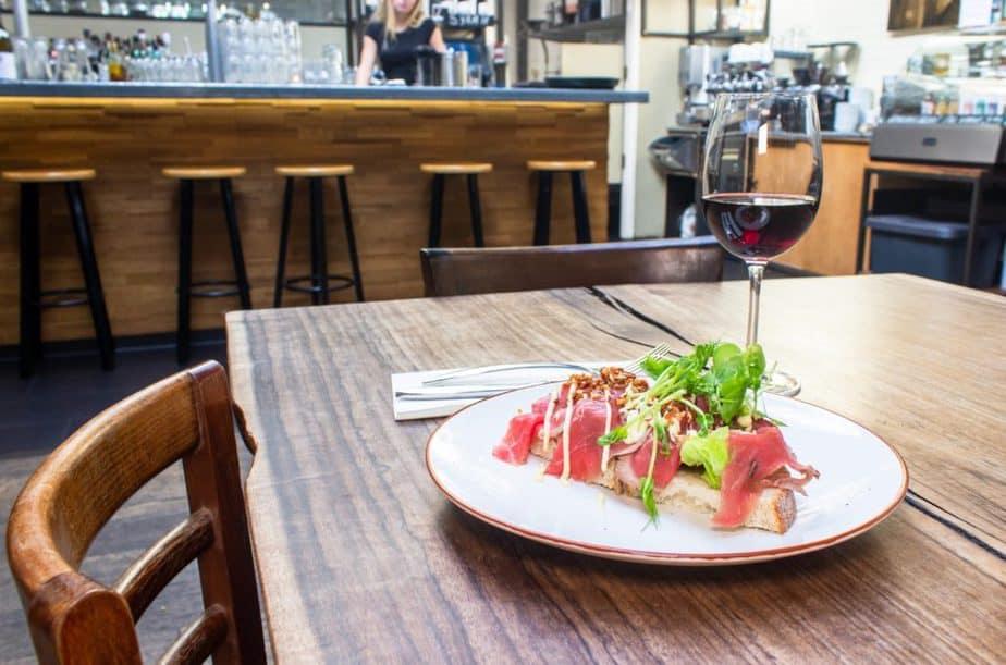 テーブルの上に料理とワイン