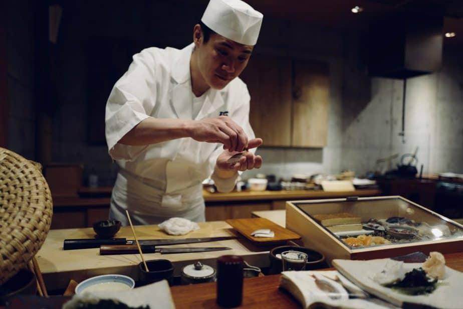 お寿司を握っている職人