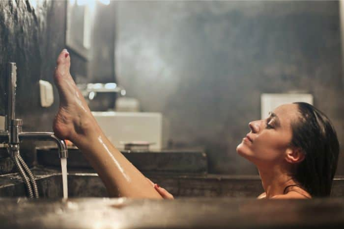 お風呂に入ってる女性