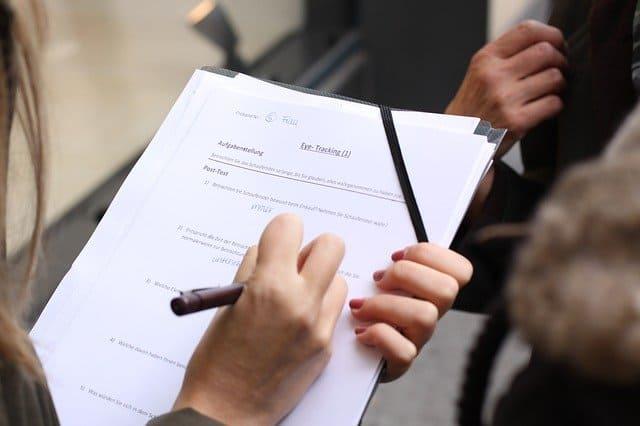 アンケート用紙に記入する女性