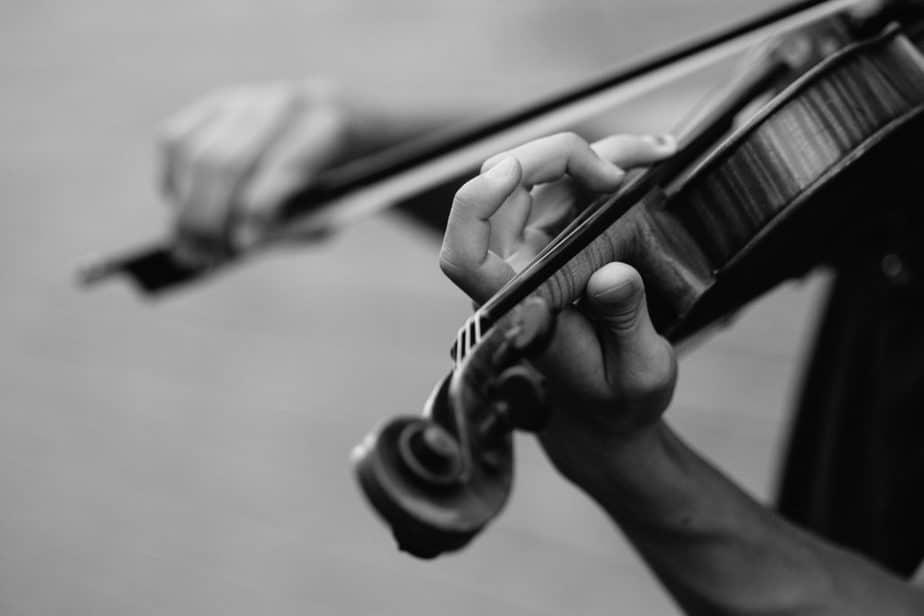 白黒でバイオリン弾いてる人