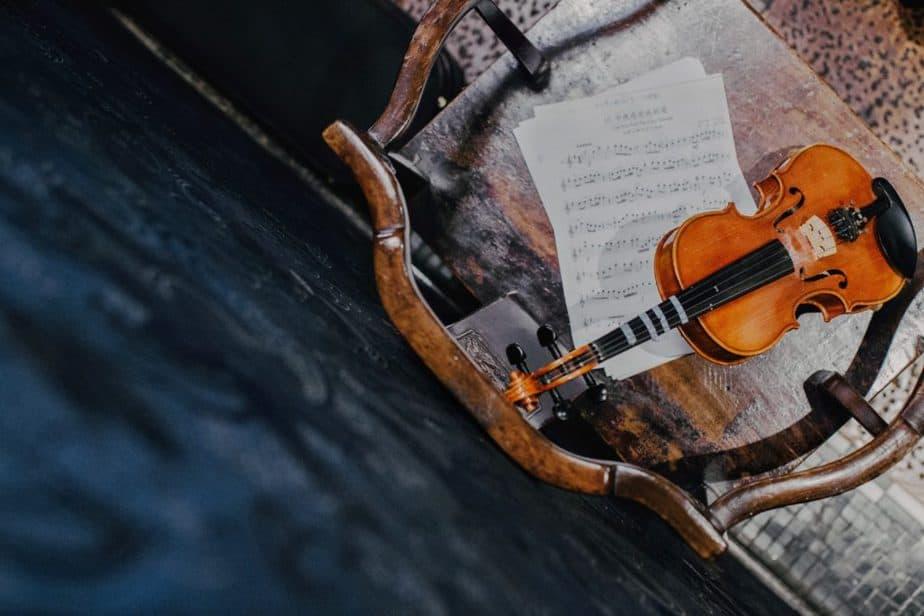イスと楽譜とバイオリン