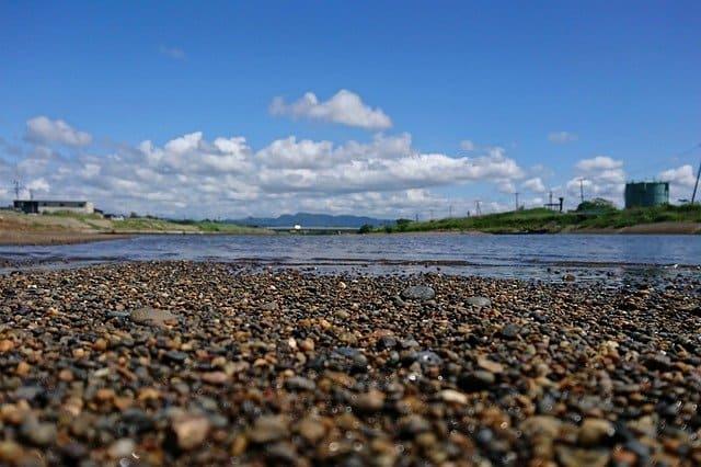 河川敷と青空