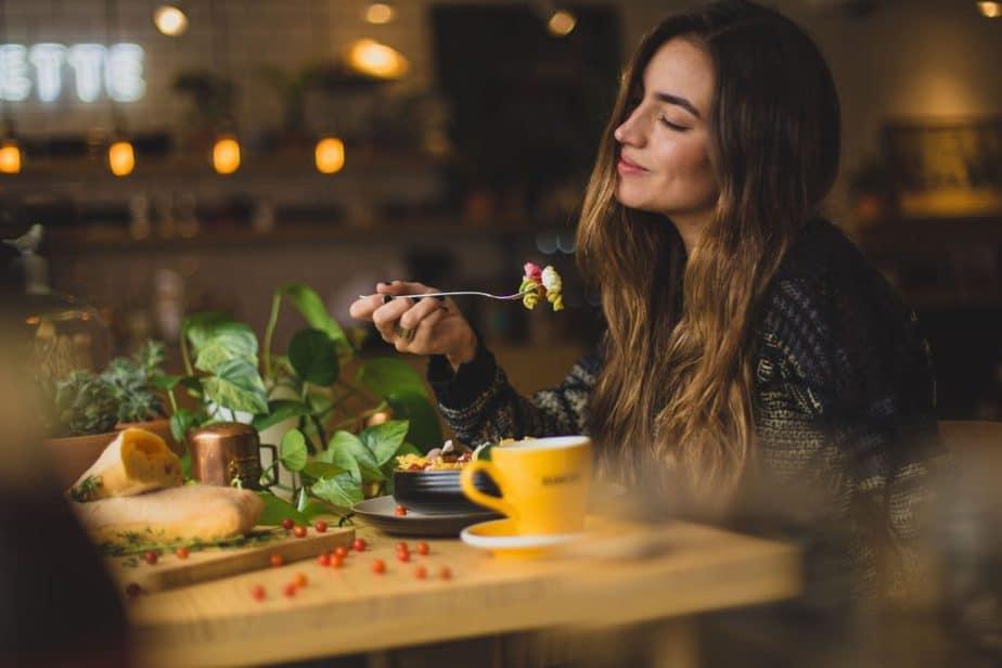 食事をして微笑む女性