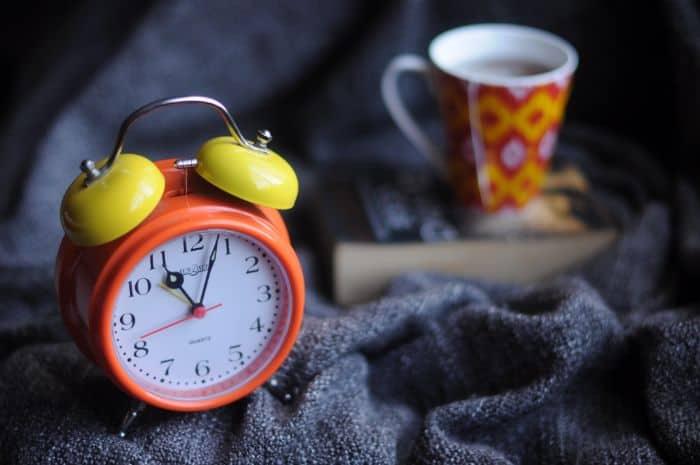 目覚まし時計とカップ